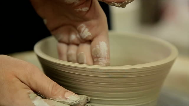 vídeos de stock, filmes e b-roll de sculpts no close up do potenciômetro de argila. close-up de modelagem da argila. arte, conceito da faculdade criadora - escultura