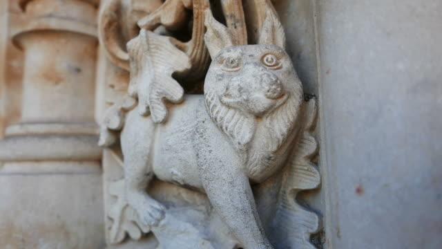 vídeos y material grabado en eventos de stock de escultura, bas-tirones en la catedral de salamanca - salamanca