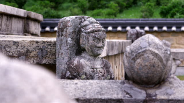 vídeos de stock e filmes b-roll de sculpture carved on stone at diamond stairs in tongdosa (one of three jewel temples of korea) - figura masculina