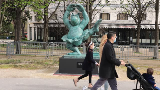 """sculpture depicts """"the cat"""" in a ballerina outfit during the inauguration of the exhibition the cat « deambule » by philippe geluck on the... - カトゥーニスト点の映像素材/bロール"""