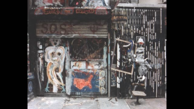 vidéos et rushes de sculpture garden created from found pieces and junk in an vacant lot on forysyth street at rivington st. - manhattan