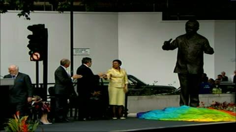 vidéos et rushes de nelson mandela statue unveiled in parliament square; brown and ken livingstone unveiling bronze statue of south african leader nelson mandela mandela... - injustice