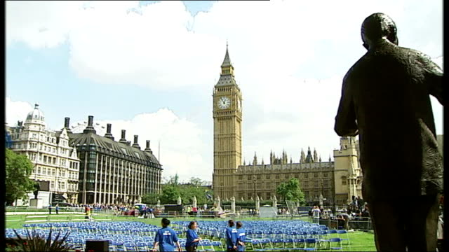 nelson mandela statue unveiled in parliament square; england: london: parliament square: ext music overlay: 'something inside' sung by london... - ロンドン コミュニティ ゴスペル クワイア点の映像素材/bロール