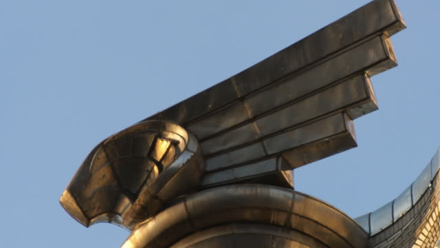 cu sculpture of eagle on top of chrysler building / new york city, new york, usa - chrysler building stock-videos und b-roll-filmmaterial