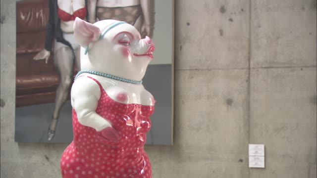 ms sculpture of female pig in tight dress, breasts popping out of dress, beijing, beijing, china - rappresentazione umana video stock e b–roll