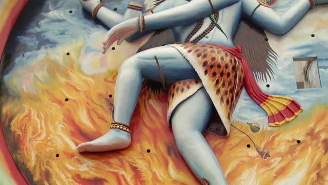 vídeos de stock, filmes e b-roll de ms la zo sculpture of goddess mata lal mandir on building / rishikesh, uttarakhand, india - rishikesh
