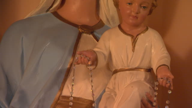 Sculpture of Mary and baby Jesus, tilt up