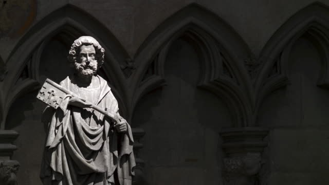 sculpture of peter the apostle in the regensburg cathedral - 新約聖書点の映像素材/bロール