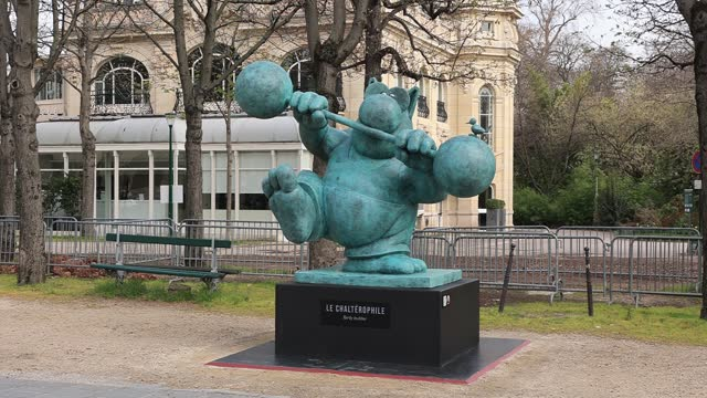 sculpture of the character le chat lifting alters pictured during the inauguration of the exhibition the cat « deambule » by philippe geluck on the... - カトゥーニスト点の映像素材/bロール