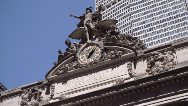sculpture on top of grand central station / new york, united states - minerva 個影片檔及 b 捲影像