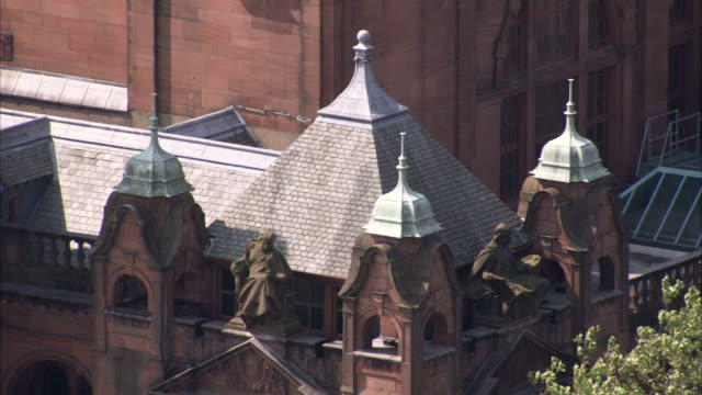 sculptures decorate the rooftop ledge of the kelvingrove museum. available in hd. - 尖り屋根点の映像素材/bロール
