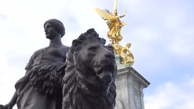 sculptures in front of buckingham palace - marble stock videos & royalty-free footage
