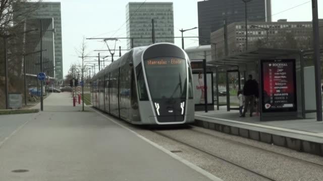 stockvideo's en b-roll-footage met se acabaron los billetes y los abonos mensuales viajar en transporte publico en luxemburgo es gratis a partir del sabado y el pequeno reino europeo... - transporte