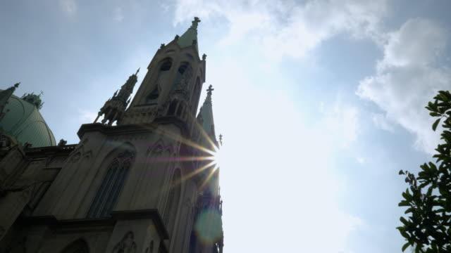 vídeos de stock, filmes e b-roll de catedral se na praça principal do centro, são paulo, brasil - religião