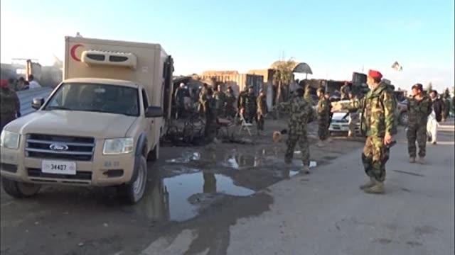 vídeos de stock e filmes b-roll de a 50 se elevo el numero de muertos por el asedio de combatientes del taliban a un aeropuerto de la ciudad de kandahar al sur de afganistan - kandahar