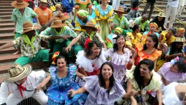 vídeos de stock e filmes b-roll de se pusieron la pollera colora y fueron a bailar voiced a bailar con 'la pollera colora' on april 29 2012 in bogota colombia - bailar