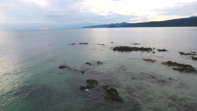 meer und rocky beach in der abenddämmerung, aerial video - klammer stock-videos und b-roll-filmmaterial