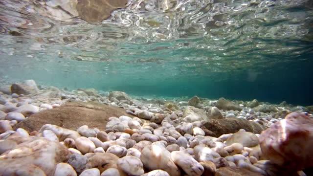 mare e pavimento in marmo e pietre - marmo roccia video stock e b–roll