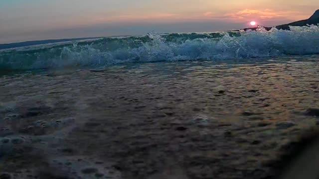 Meereswellen Schaum auf Strand Steinen