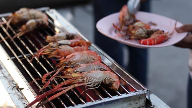 vídeos de stock e filmes b-roll de sea food grilled shrimps - marisco