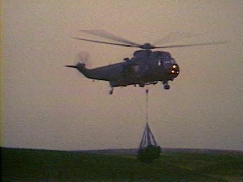 vídeos de stock e filmes b-roll de sea king helicopters deliver supplies and field guns during the falklands crisis - ilhas malvinas