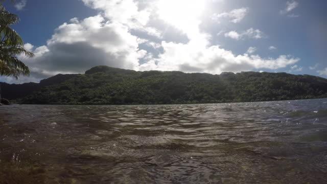 vídeos de stock e filmes b-roll de sea, lagoon in front of an island with a mountain - cultura taitiana