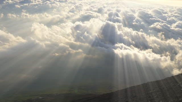 sea of cloud and sunbeam from top of mt'fuji - 太陽光線点の映像素材/bロール