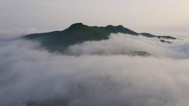 vídeos de stock e filmes b-roll de sea of clouds in hwangmaesan mountain / gyeongsangnam-do, south korea - ambiente dramático
