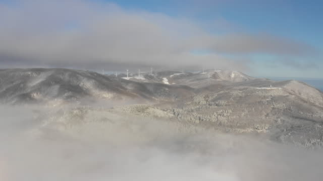 sea of clouds over seonjaryeong ridge in winter / daegwallyeong-myeon, pyeongchang-gun, gangwon-do, south korea - 水の形態点の映像素材/bロール