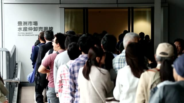 a sea of visitors numbering about 40000 people including overseas tourists flooded the toyosu fish market in tokyo on oct 13 as the facility opened... - 訪問点の映像素材/bロール