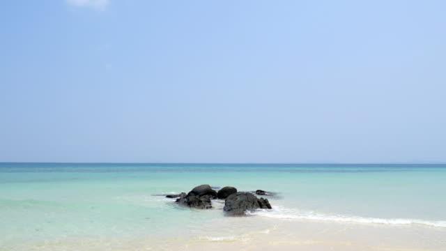 Meer, sand, Sonne, Strand mit Steinen und blauer Himmel, 4 k (UHD