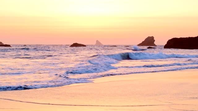 sea stacks in waves at sunset harris beach 3 oregon coast oregon 15 - 20秒或更長 個影片檔及 b 捲影像
