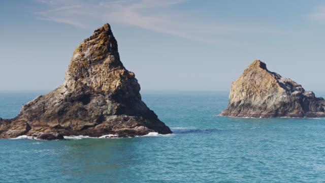 vídeos de stock, filmes e b-roll de sea stacks ao largo da costa do oregon - drone - coluna de calcário marítimo