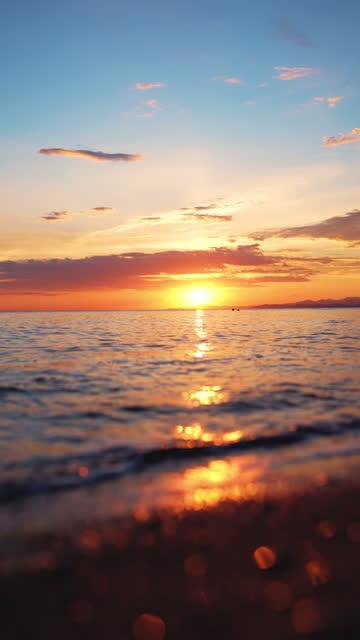 vidéos et rushes de coucher de soleil sur la mer et vagues ondulantes - paradisiaque