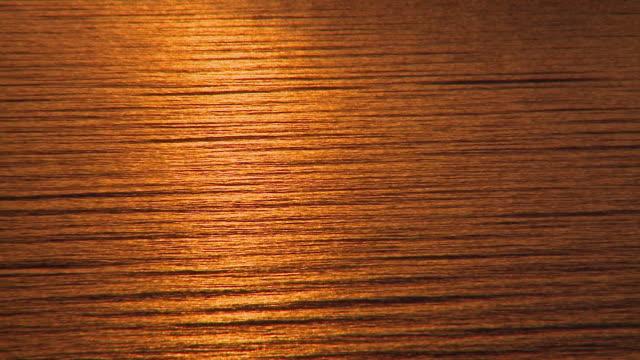 HD : Surface de la mer au coucher du soleil