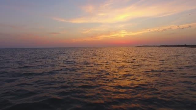 vídeos y material grabado en eventos de stock de antena: superficie del mar en puesta de sol - arriba de