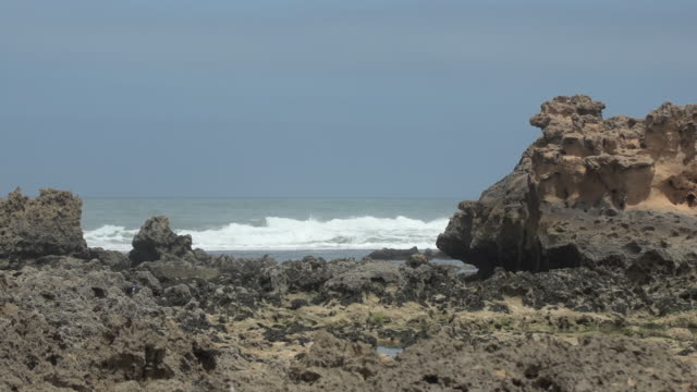 vídeos y material grabado en eventos de stock de sea w rocky shore - wiese