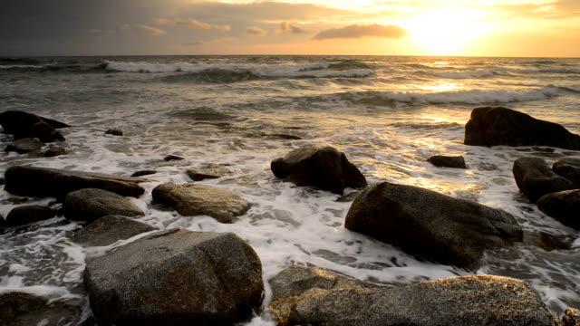海の波のスプラッシュ ロック - 泡立つ波点の映像素材/bロール