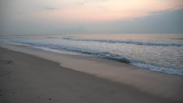 vídeos de stock e filmes b-roll de sea wave with beach - banco de areia