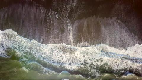stockvideo's en b-roll-footage met zee golven. luchtfoto - klif