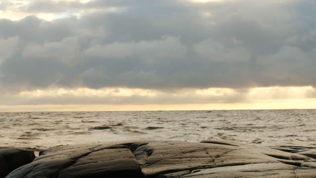 havsvågor och en klippa - stenstorlek bildbanksvideor och videomaterial från bakom kulisserna