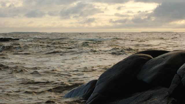 stockvideo's en b-roll-footage met zeegolven en een rots - golf water