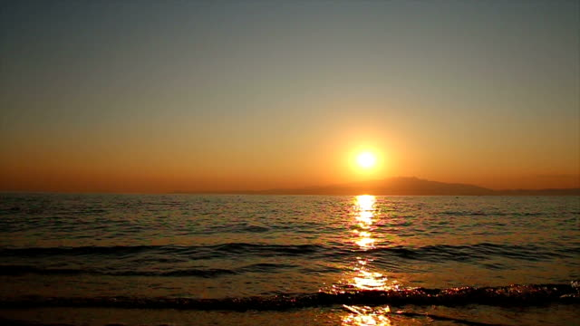 Onde del mare al tramonto