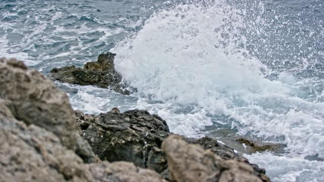岩の多いビーチに slo mo ld 海波 - ツレス点の映像素材/bロール