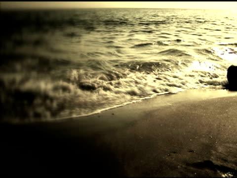 stockvideo's en b-roll-footage met sea waves crashing to the beach (high contrast)  ntsc - hoog contrast