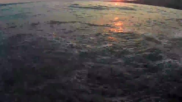 Wellen am Strand Steinen