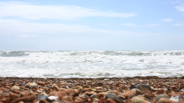 wellen am strand von brighton, hd-videos - brighton brighton and hove stock-videos und b-roll-filmmaterial