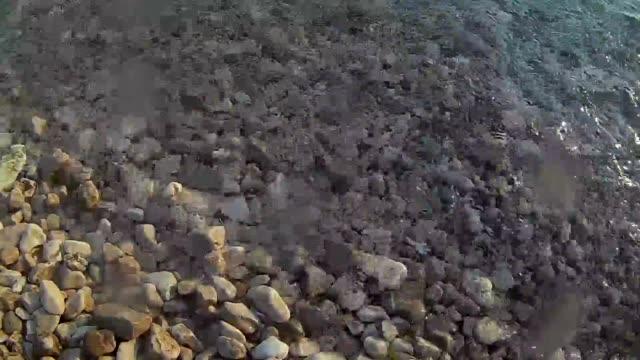 Wellen des Meeres direkt am Fels