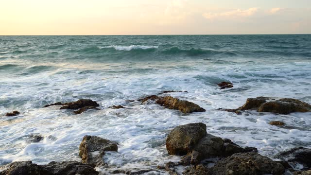 havsvågor på klippiga kusten. 4k upplösning. - sea robin bildbanksvideor och videomaterial från bakom kulisserna