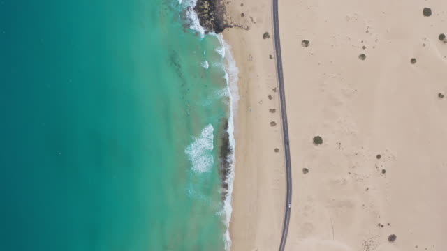 上から見た海の波 - 泡立つ波点の映像素材/bロール